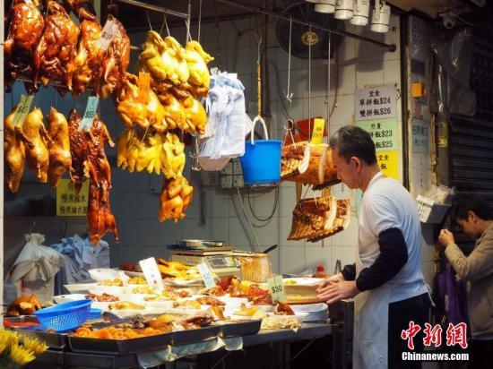 资料图:香港湾仔一家烧腊店铺。湾仔密布着街市、杂货店、小商品店、水果摊,小巷子里面更浓郁的生活气息。<a target='_blank' href='http://www.chinanews.com/'>中新社</a>记者 洪少葵 摄