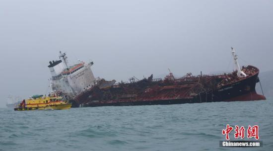 1月8日,一艘运油轮在香港南丫岛对开海面爆炸,发生火警。消息指,船上26人,当中一人死亡、两人失踪,其余23人获救。部分伤者送院时清醒。<a target='_blank' href='http://www.chinanews.com/'>中新社</a>记者 洪少葵 摄