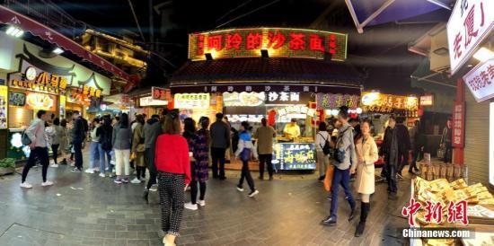 """""""中国最文艺渔村""""吸引大批文艺青年前来观光旅游。王东明 摄"""