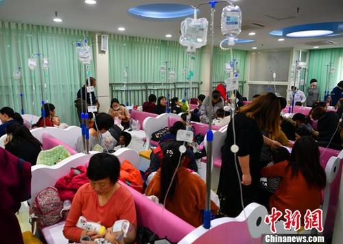 资料图:进入流感冬季流行高峰季节,河北省儿童医院输液大厅内人满为患。 翟羽佳 摄