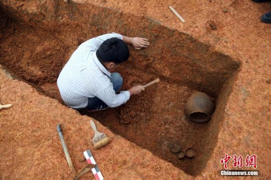 资料图:考古勘探现场。 中新社发 张智荣 摄