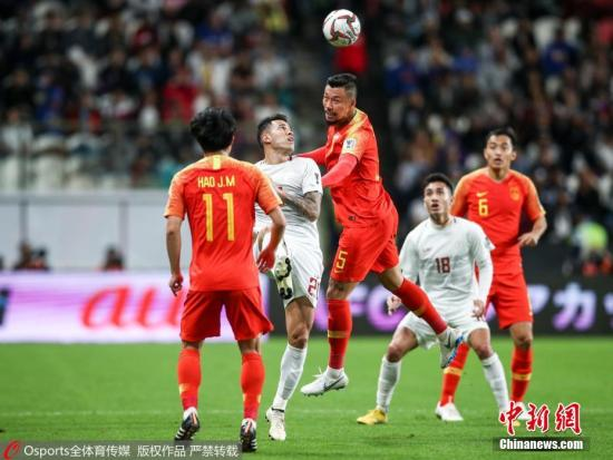 资料图:张琳芃在与菲律宾队队员争抢头球,他所属俱乐部为广州恒大。图片来源:Osports全体育图片社