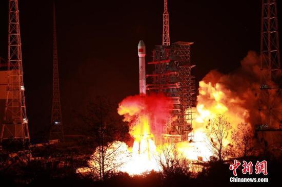 """北京时间1月11日1时11分,中国在西昌卫星发射中心用长征三号乙运载火箭,成功将中国最新研制的通信广播卫星""""中星2D""""发射升空,卫星进入预定轨道。梁珂岩 摄"""