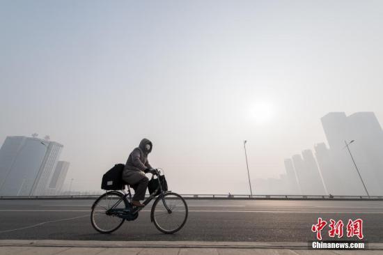 1月11日,山西省太原市持续遭遇重度污染天,能见度较差,民众戴口罩出行。韦亮 摄