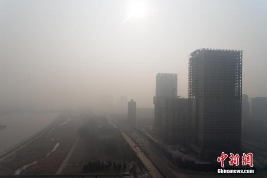 1月11日,山西省太原市持续遭遇重度污染天,能见度较差,民众戴口罩出行。当日,根据太原市气象、环保部门研判会商,由于该市气象条件不利于污染物扩散,污染物浓度将持续维持在较高水平,因此决定延长该市重污染天气预警至1月12日24时。韦亮 摄