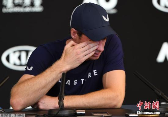 当地时间1月11日,英国网球名将安迪·穆雷在澳大利亚网球公开赛的发布会上表示自己将在今年退役,虽然他仍然希望能够打完在英国本土举行的温布尔登网球公开赛,但不排除此次澳网比赛可能有成为他的最后一次比赛。