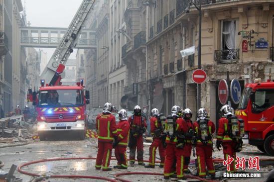 当地时间1月12日,巴黎市中心发生一起爆炸,附近建筑损毁严重。大批救援人员在现场紧张展开救援工作。中新社记者 李洋 摄