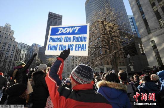 当地时间1月11日,美国环保局雇员在波士顿街头集会呼吁结束政府关门状态。