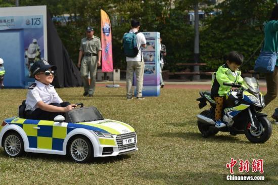 """1月12日,""""香港警队175周年大汇演暨警民同乐日""""于黄竹坑香港警察学院举行。图为一众市民与警员互动。中新社记者 麦尚旻 摄"""