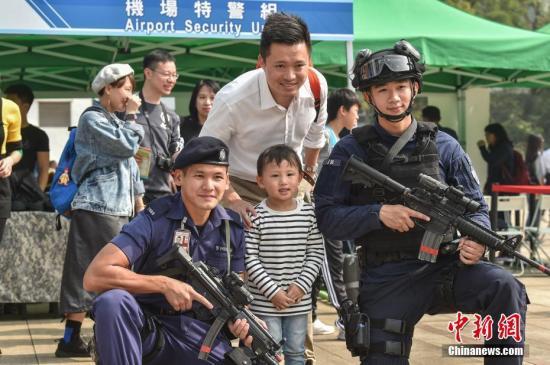 资料图:市民与警员互动。<a target='_blank' href='http://www.chinanews.com/'>中新社</a>记者 麦尚�F 摄