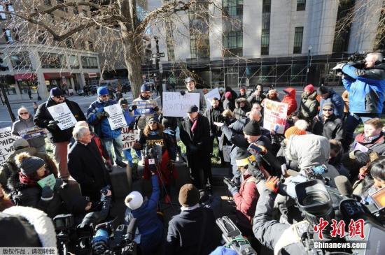 據美媒報道,當地時間1月12日,美國聯邦政府部分關門進入第22天,打破瞭美國政府關門時間最長的紀錄。而迄今為止,美國總統特朗普與國會民主黨人之間就邊境墻的分歧,還沒有任何有望達成協議的跡象。圖為當地時間1月11日,美國政府雇員和相關民眾在波士頓的聯邦政府大樓附近舉行集會呼籲結束政府關門狀態。