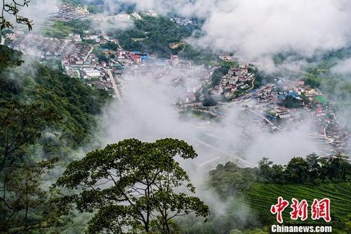 """林芝市墨脱县位于西藏东南部,平均海拔1200米,雨量充沛、四季如春。由于是中国最后一个不通公路的县,素有""""莲花秘境""""的称号。2013年墨脱公路正式通车,从此告别了""""高原孤岛""""历史。资料图为西藏墨脱县。<a target='_blank' href='http://www-chinanews-com.wangluokongzhi.com/'>中新社</a>记者 何蓬磊 摄"""