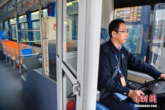 1月13日,海口市公交集团集中投放300辆新能源纯电动公交车,全部在驾驶区域配备安全防护隔离装置。中新社记者 骆云飞 摄