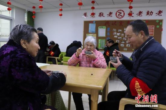 资料图:志愿者为社区养老院带来慰问食品。/p中新社发 余秀娟 摄