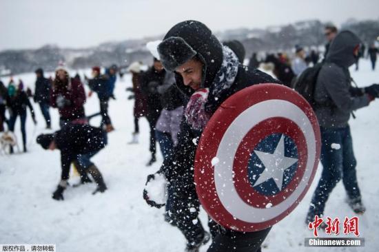 美国华盛顿遭大规模暴风雪席卷。