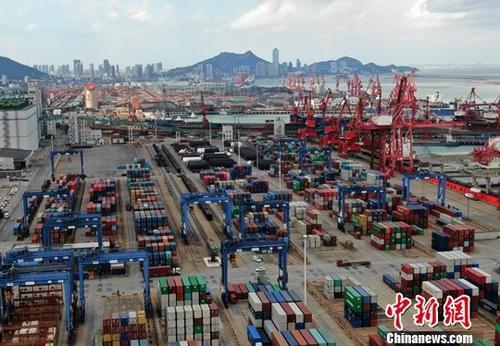 图为航拍江苏连云港一处集装箱货运码头。(资料图片)中新社记者 泱波 摄