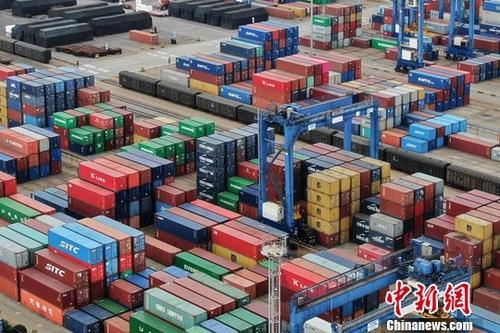 资料图:航拍江苏连云港一处集装箱货运码头。/p中新社记者 泱波 摄
