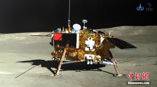 资料图:玉兔二号巡视器全景相机对嫦娥四号着陆器成像。中国国家航天局供图