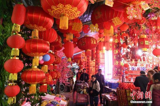 资料图:1月15日,随着农历猪年春节临近,重庆朝天门批发市场挂满了红红的灯笼及各种装饰品。陈超 摄