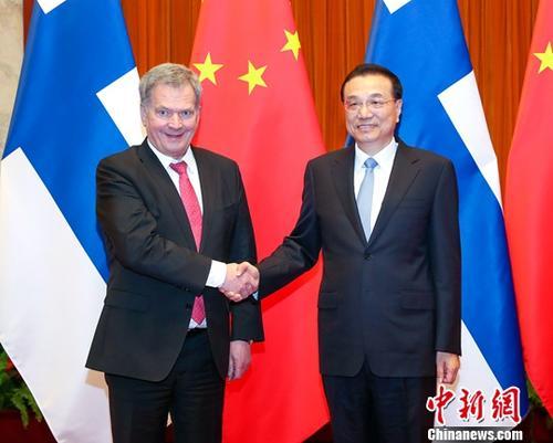 1月15日,中国国务院总理李克强在北京人民大会堂会见来华进行国事访问的芬兰总统尼尼斯托。中新社记者 刘震 摄