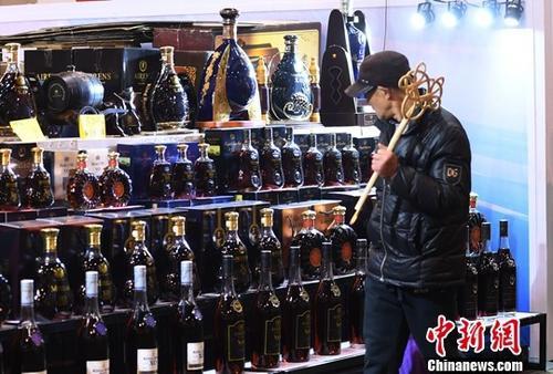 资料图:市民被琳琅满目的进口红酒所吸引。中新社记者 王刚 摄