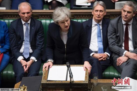 当地时间1月15日晚,英国议会下院以432票对202票,投票否决了此前英国政府与欧盟达成的脱欧协议。协议被否后,反对党工党立即对政府发起不信任动议。特蕾莎・梅表示,如果挺过不信任投票,她将遵循两个阶段程序来打破英国脱欧僵局。
