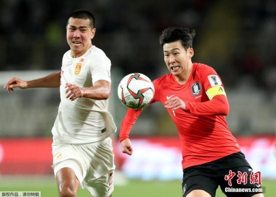 当地时间1月16日,中国男足迎来亚洲杯小组赛最后一轮较量,对手是同组实力最强的韩国队。图为中国队刘奕鸣与韩国队孙兴�O在争夺球权。图片来源:Osports全体育图片社