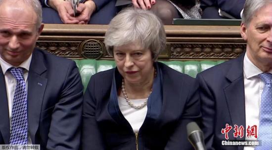 资料图:当地时间1月15日晚,英国议会下院以432票对202票,投票否决了此前英国政府与欧盟达成的脱欧协议。协议被否后,反对党工党立即对政府发起不信任动议。特蕾莎·梅表示,如果挺过不信任投票,她将遵循两个阶段程序来打破英国脱欧僵局。