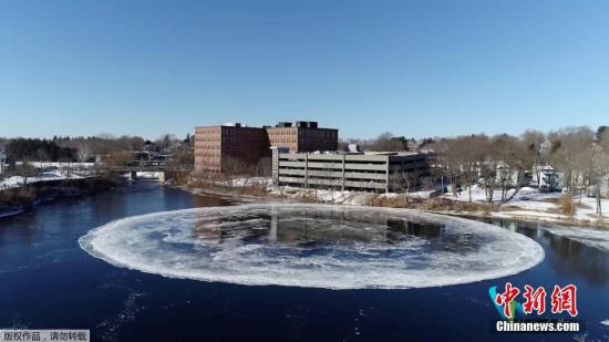 当地时间1月16日,美国缅因州韦斯特布鲁克附近的河流中出现了一个巨大的冰盘,并且该冰盘在水中不停旋转。