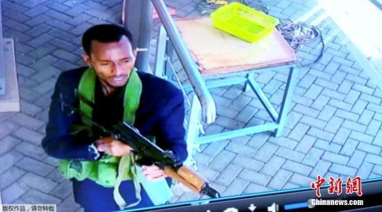 当地时间1月15日,肯尼亚首都内罗毕发生酒店爆炸袭击和交火事件共造成14名平民丧生。死者包括 一名英国人和一名美国人。图为监控系统拍摄到的武装分子。文字来源:人民日报 环球网