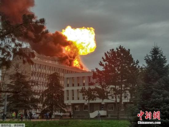 当地时间1月17日,法国里昂第一大学杜阿分校的一座大楼楼顶发生爆炸起火并伴有浓烟。多家外媒称,爆炸起火事件据信是从一个正在翻修的建筑物屋顶爆发,是因楼顶上3个气罐爆炸造成。目前,该事件已造成至少3人受伤。