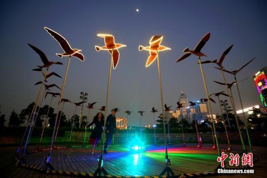 """以""""爱与浪漫""""为主题的""""国际灯光艺术展""""将于1月18日至2月24日在香港中环海滨举行。中新社记者 张炜 摄"""