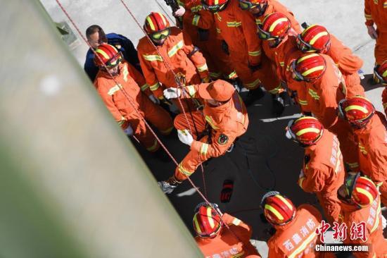 1月17日,西藏消防总队在培训基地进行高山救援实战演练。演练现场,以总队培训基地后山为背景,进行峡谷救援、T型救助、高空横渡V型救援、路绳搭建、单兵上升与下降、悬崖担架陪护上升与下降等多项目的演练。据悉,此次演练是国家高山救援拉萨大队组建以来,西藏消防总队开展的首次高山救援实战演练,共投入8车63人、专业救援装备145余类。图为单兵上升与下降演练。 何蓬磊 摄