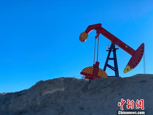 资料图:正在作业的采油机。中新社记者 孙睿 摄