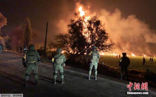 当地时间18日下午,墨西哥一条破裂的燃料管道发生爆炸,现场火光冲天。