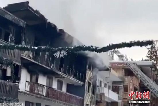 当地时间1月20日,法国Saint-Bon-Tarentaise一滑雪场内建筑物发生火灾,建筑物内浓烟滚滚。