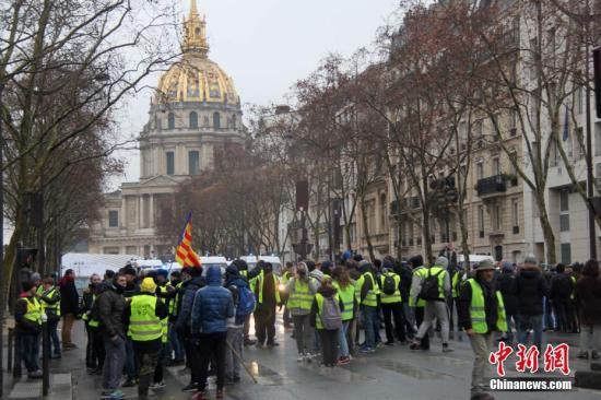 当地时间1月19日,巴黎遭遇自2018年11月以来的第十轮示威。很多示威者在荣军院外集聚。<a target='_blank' href='http://www.chinanews.com/'>中新社</a>记者 李洋 摄