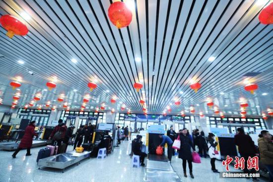 材料图:火车站。中新社记者 杨艳敏 摄