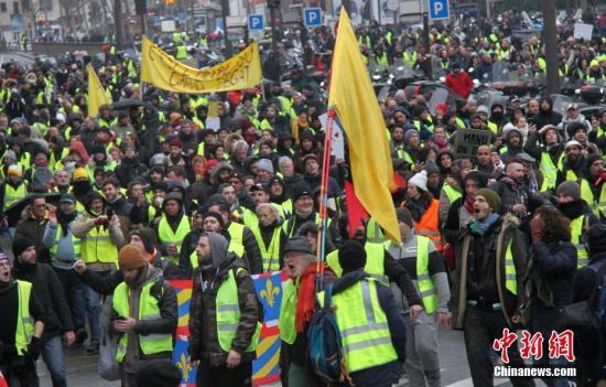 资料图:当地时间1月19日,巴黎遭遇自2018年11月以来的第十轮示威。图为示威游行队伍当天穿过巴黎市中心。<a target='_blank' href='http://www.chinanews.com/'>中新社</a>记者 李洋 摄