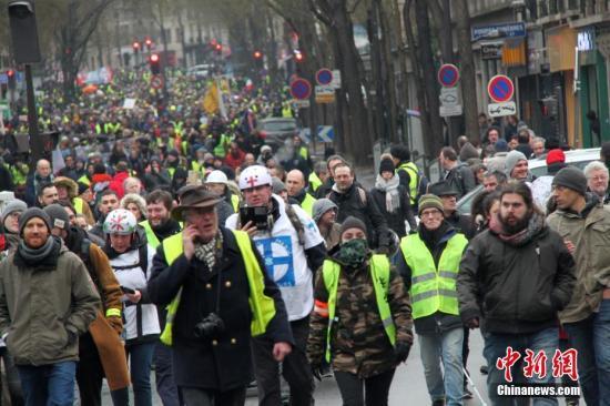 资料图:当地时间1月19日,巴黎遭遇自2018年11月以来的第十轮示威。图为示威游行队伍当天穿过巴黎市中心。中新社记者 李洋 摄