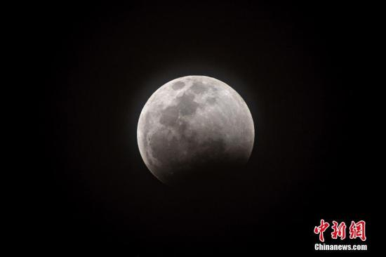 """当地时间2019年1月21日,欧美各地上演""""超级月亮"""",场面壮观。""""超级月亮""""是指处于近地点位置附近的满月,这时候的月亮看起来比它处于远地点时要更大、更亮。图为美国迈阿密上演""""超级月亮""""。"""