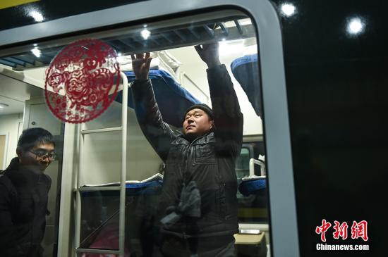 资料图:春运时旅客放行李。<a target='_blank' href='http://www-chinanews-com.ssruy.com/' >中新网</a>记者 翟璐 摄