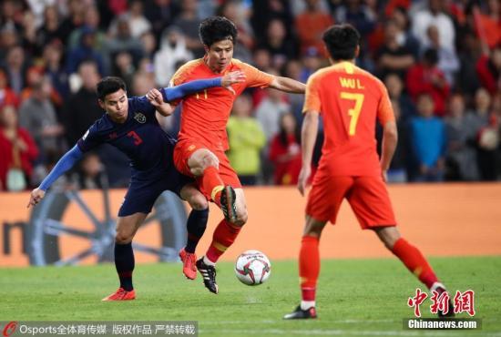 图为中国队蒿俊闵与泰国队提拉通・汶马探在抢球。图片来源:Osports全体育图片社