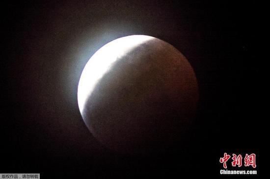 """美国东部时间1月20日晚(北京时间21日上午),美洲、欧洲和非洲部分地区迎来2019年唯一一次月全食。由于诸多因素结合,当晚的月亮是一轮""""超级血狼月""""。根据美国老农年鉴,1月的满月被称为""""狼月""""。因此,观星者称20日当晚的月亮是""""超级血狼月""""。"""