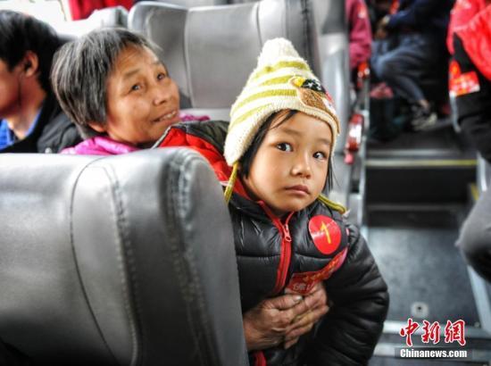 1月21日,2019全国春运启动,广东石油为骑摩托车返乡的市民家属,以及困难人群安排了免费大巴车,并配备志愿者随车为他们进行服务。据悉,今年共有15辆免费大巴车负责运送在广东务工人员返乡过节,车上大多乘客都是骑手的父母和孩子。中新网记者 李霈韵 摄