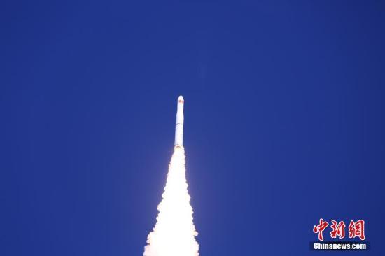 """北京时间1月21日13时42分,中国在酒泉卫星发射中心用长征十一号运载火箭,以一箭四星方式,成功将""""吉林一号""""光谱01/02星和搭载的""""灵鹊-1A""""星、""""潇湘一号""""03星发射升空,卫星均进入预定轨道。朗文海 摄"""