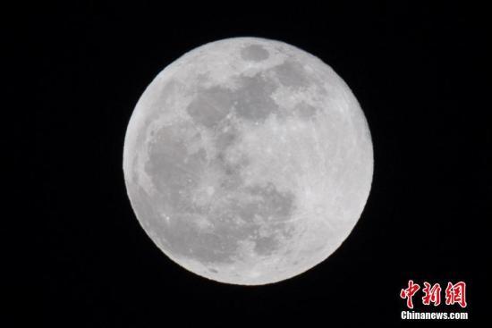 """资料图:""""超级月亮""""现身天宇。 韦亮 摄"""