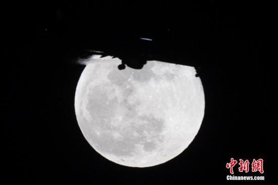 """元宵节遇""""超级月亮""""当日晚23时54分左右""""最圆"""""""