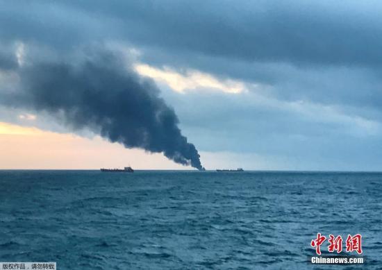 �Y料�D:��地�r�g1月21日,俄�_斯�邦海洋和河流�\�局�f,�伤��焯股D����旗的����天在刻赤海�{附近水域起火燃��,已造成至少11人死亡。
