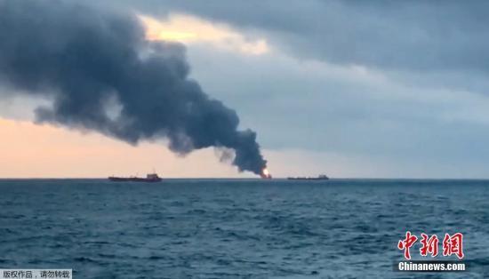 ��地�r�g1月21日,俄�_斯�邦海洋和河流�\�局�f,�伤��焯股D����旗的����天在刻赤海�{附近水域起火燃��,已造成至少11人死亡。